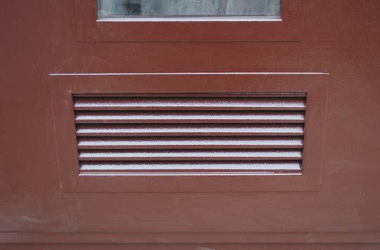 двери металлические с окошком и с вентиляционной решеткой